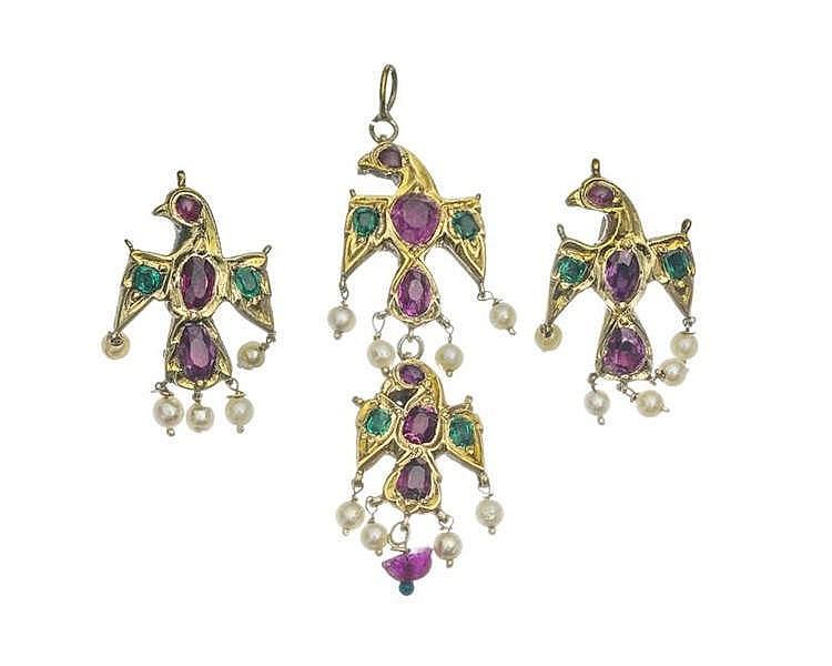 Ensemble d'une paire de boucles d'oreilles et d'un pendentif à motif d'oiseaux sertis de rubis et d'émeraudes et retenant des perles en pendeloque