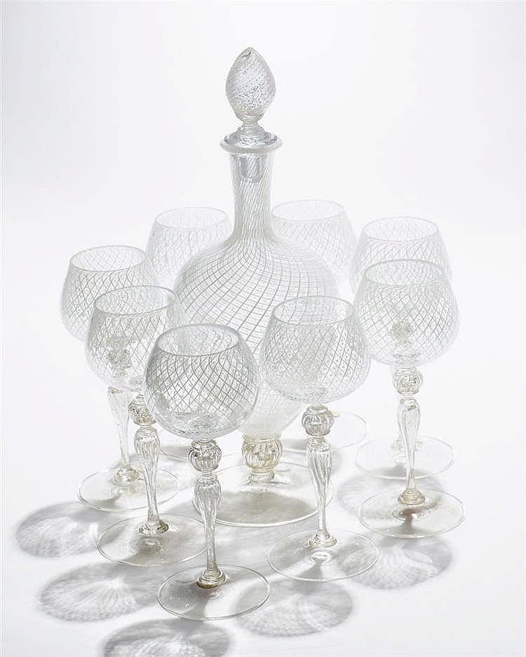 Une carafe et 10 verres à décor de stries
