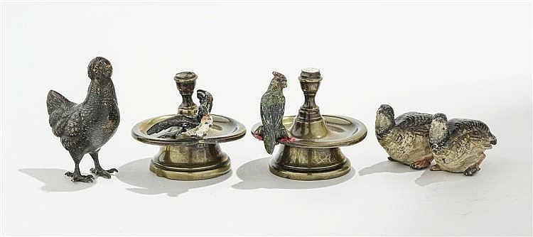 Poule, deux cailles et paire de chandeliers accueillant l'un un perroquet, l'autre une hirondelle