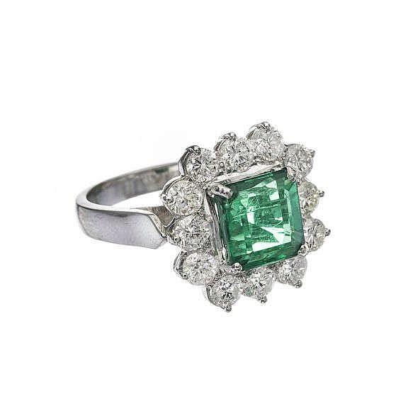 Bague sertie d'une émeraude carrée (env. 2 ct) entourée de diamants (1.8 ct de diamants)