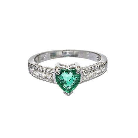 Bague sertie d'une émeraude taille cœur (env. 0.7 ct) sur une monture semi-pavée de diamants