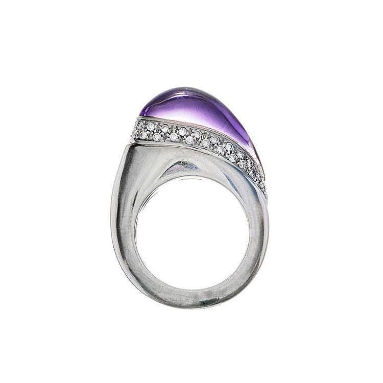 Bague sertie d'une améthyste taille cabochon fantaisie surmontant une ligne pavée de diamants