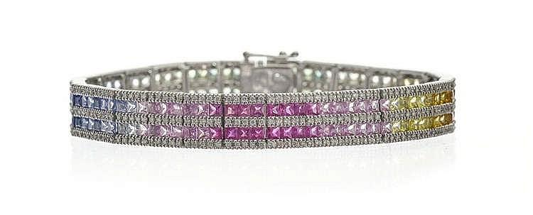 Bracelet de deux rangs de saphirs de couleurs taille princesse en dégradé alternés de trois rangs de diamants