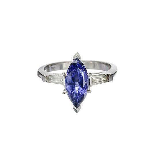 Bague sertie d'un saphir taille marquise (env. 2.5 ct) épaulé de deux diamants taille trapèze
