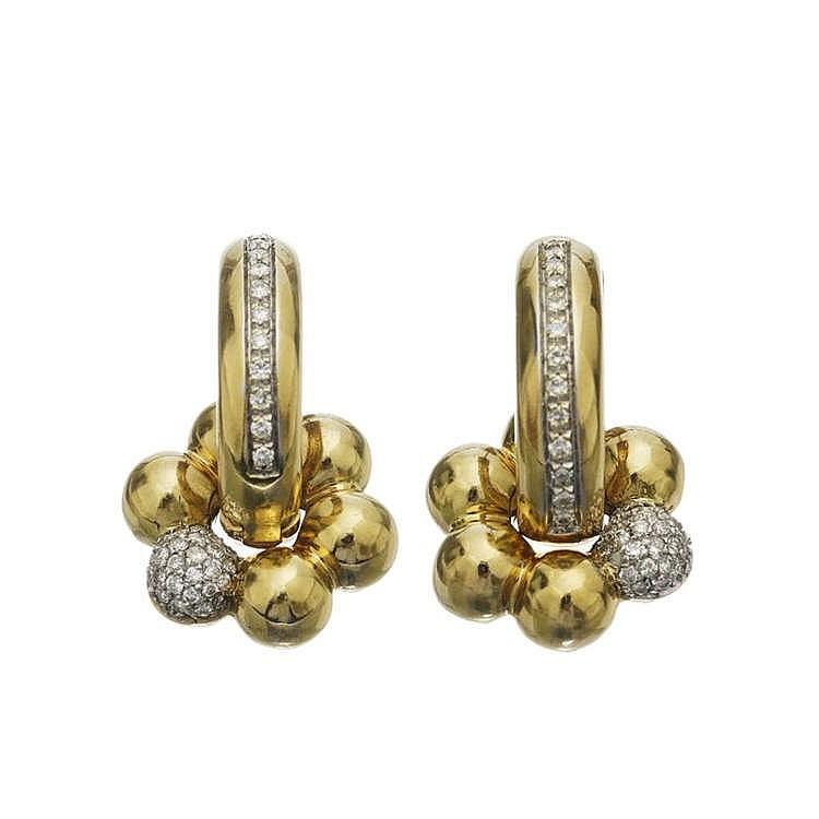 Paire de créoles serties d'une ligne de diamants sur l'endroit et d'un rubis cabochon sur l'envers, retenant un motif fleur mobile serti de diamants