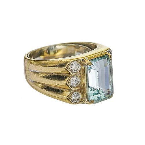 Bague sertie d'une aigue-marine (env. 3.8 ct) épaulée de six diamants (env. 0.6 ct)