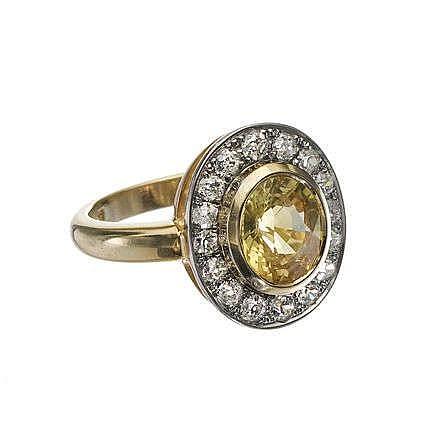 Bague sertie d'un saphir jaune taille ovale (env. 2.5 ct) entouré de diamants taille ancienne