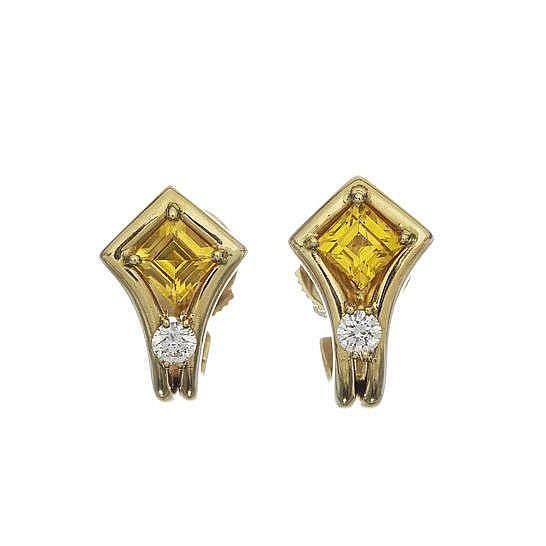 Paire de boucles d'oreilles serties de saphirs jaunes taille princesse surmontant un diamant
