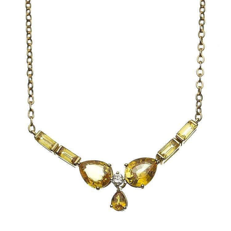 Collier retenant un motif serti d'un diamant épaulé de saphirs jaunes taille poire et taille baguette