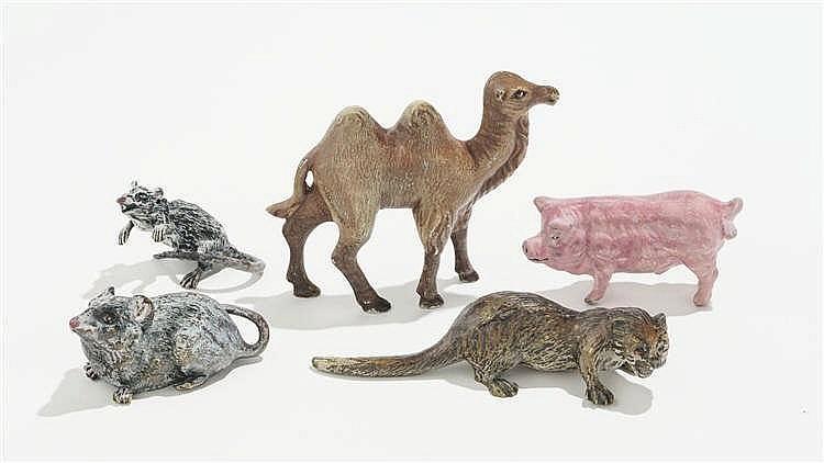 Ensemble de cinq figurines: chameau, loutre, cochon, rat des villes et rat des champs