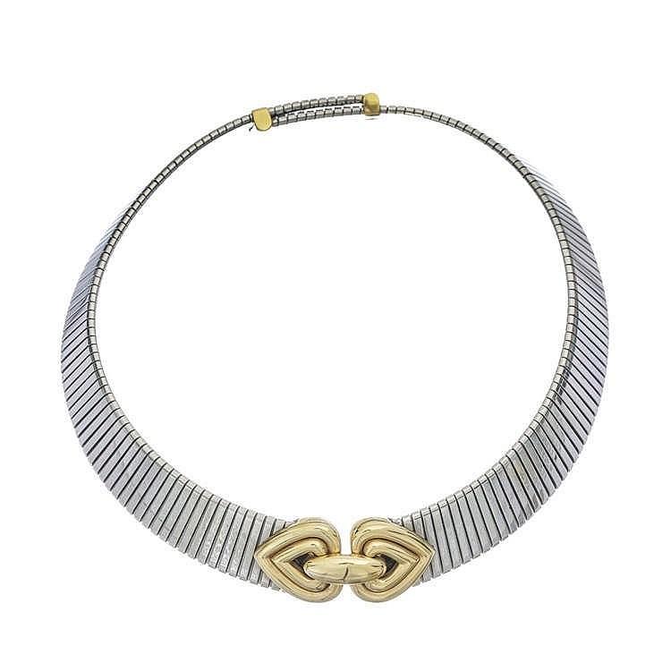 Bulgari, tour de cou à maille tubogaz centré d'un motif de deux cœurs liés et se terminant par un fermoir à barrettes coulissantes permettant d'ajuster la longueur