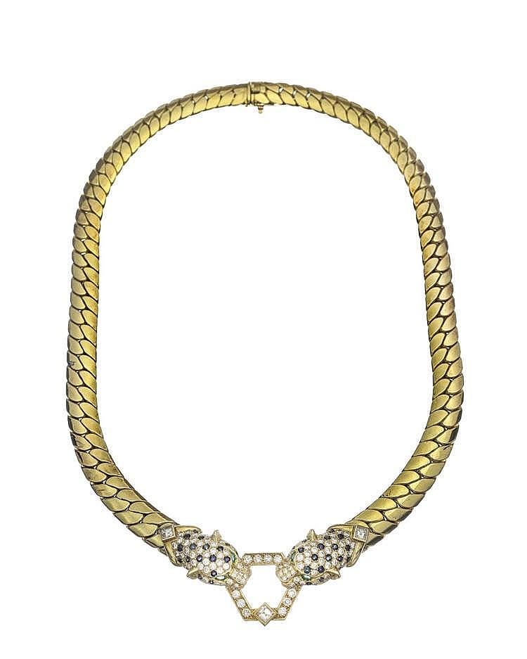 O.J. Perrin, collier à maille gourmette plate centré d'un motif de deux têtes de panthères pavées de diamants et de saphirs et serties d'émeraudes pour les yeux
