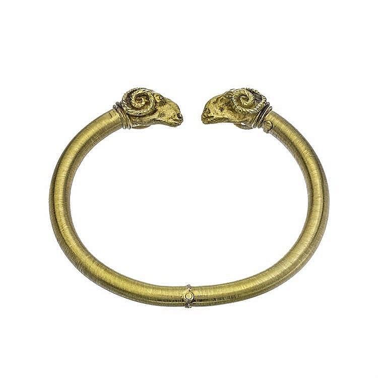 Zolotas, bracelet jonc ouvert à motif de têtes de béliers affrontées dans le style antique
