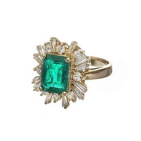 Bague sertie d'une émeraude taille rectangle (env. 2 ct) entourée de diamants taille brillant et taille trapèze (env. 0.8 ct)