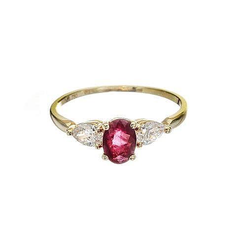Bague sertie d'un rubis taille ovale (env. 0.8 ct) épaulé de deux diamants taille poire