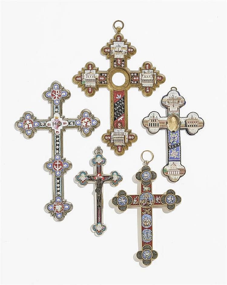 Collection de cinq croix à décor de micromosaïques de vues de Rome et fleurs,