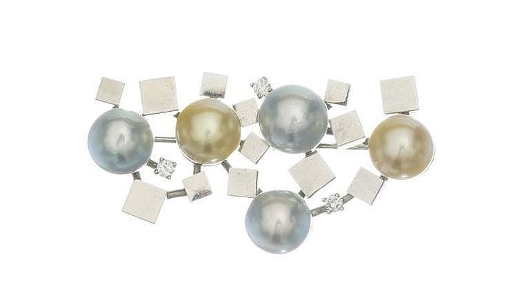 Broche formant une composition géométrique sertie de perles grises et gold et de diamants