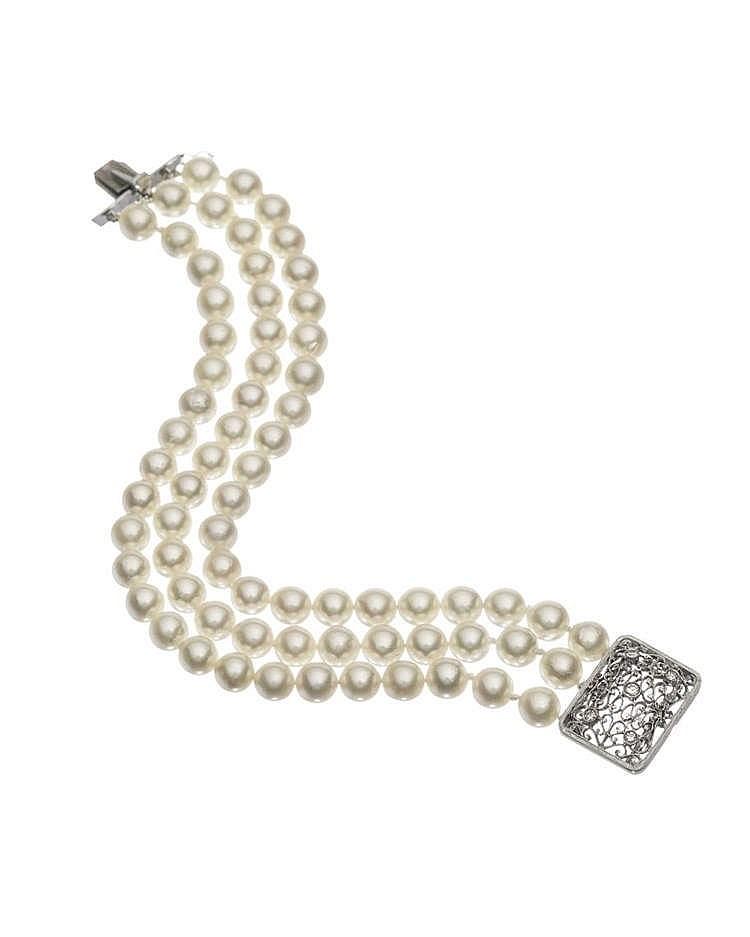 Bracelet de trois rangs de perles terminé par un fermoir ajouré serti de diamants