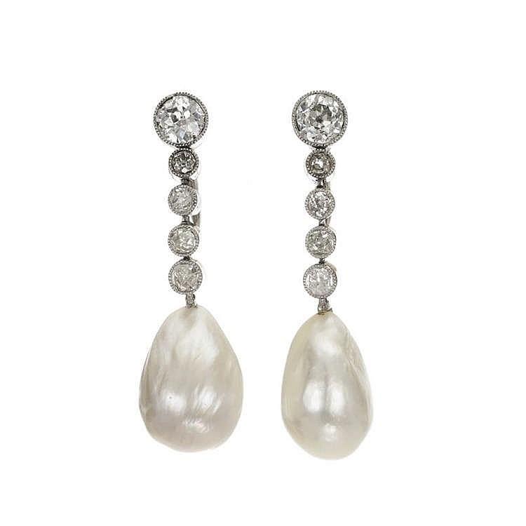Paire de pendants d'oreilles sertis de diamants taille ancienne en chute (env. 1 ct) et retenant l'un une perle baroque, l'autre une perle de nacre