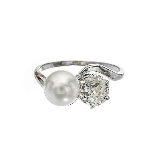 Bague toi et moi sertie d'un diamant taille ancienne (env. 1 ct) et d'une perle (D env. 7.5 mm)