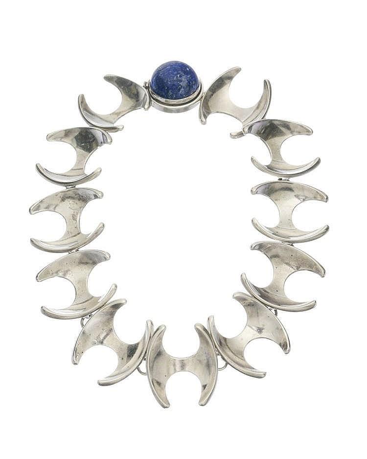 Georg Jensen, collier composé de motifs articulés en forme de H terminés par un fermoir serti d'un cabochon de lapis lazuli
