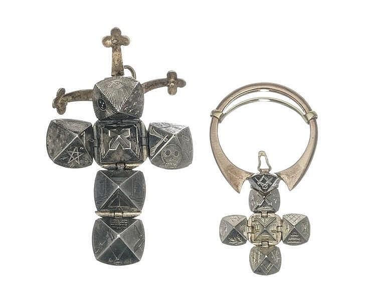 Un pendentif et une bague formant une boule s'ouvrant pour former une croix gravée des divers symboles franc-maçonniques