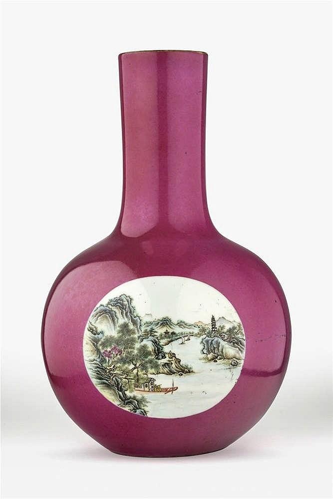 *Grand vase tianqiuping famille rose, Chine, dynastie Qing (1644-1912), marque Qianlong (1736-1795) à six caractères en rouge de fer