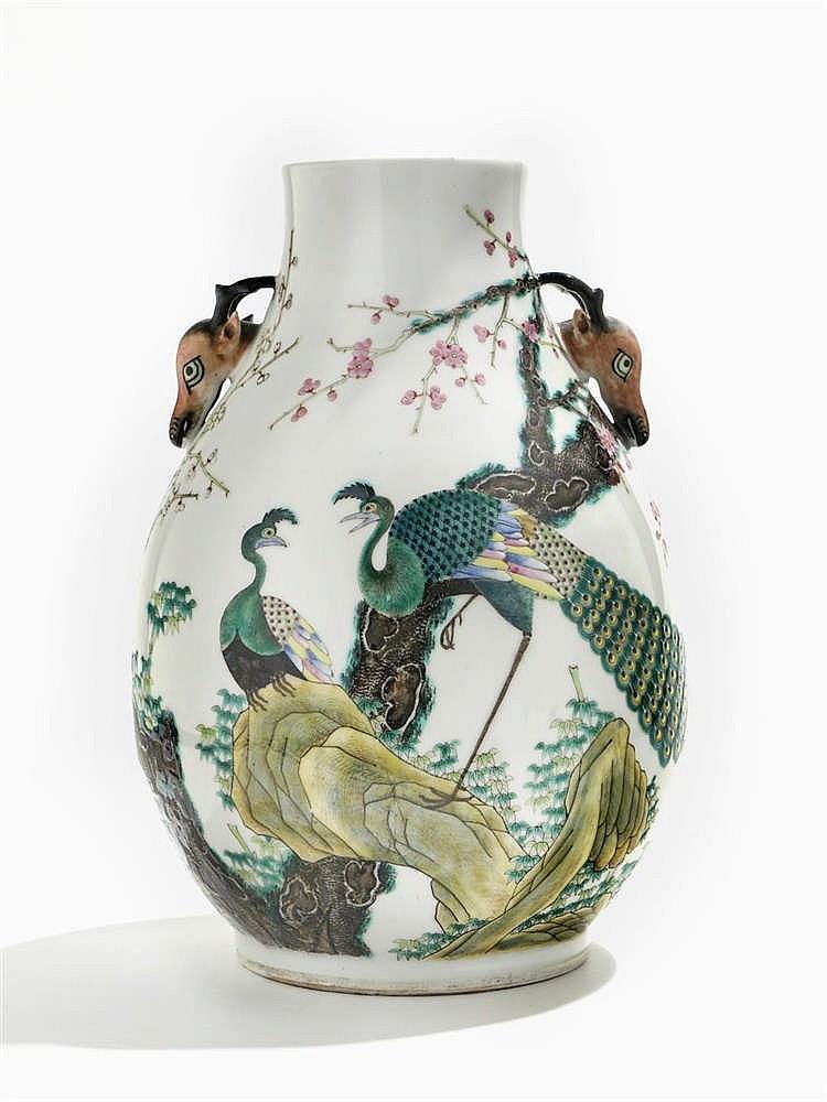 Vase hu famille rose, Chine, dynastie Qing (1644-1912), marque apocryphe de Yongzheng (1723-1735), XIXe s