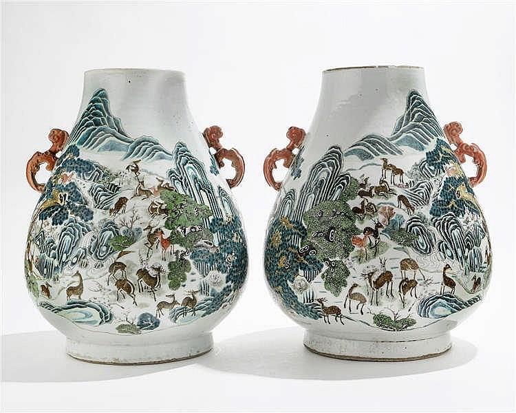 Paire de grands vases de forme hu aux 100 daims, Chine, dynastie Qing (1644-1912), marque apocryphe Qianlong (percés)