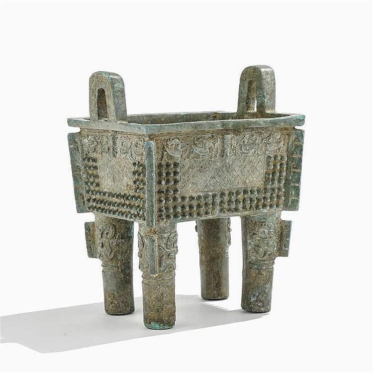 Fang ding (récipient à vin), Chine, dans le style de la dynastie Zhou de l'Ouest (circa XIIe/XIe s - 771 av. JC), pièce ancienne, probablement antérieure aux Ming
