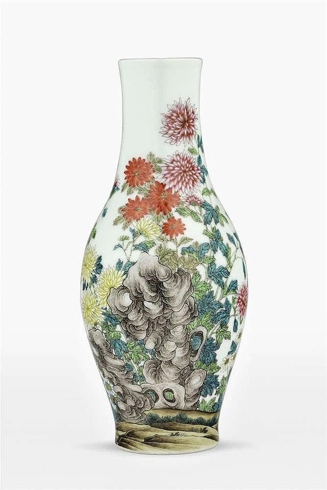 *Vase de forme olive, Chine, dynastie Qing (1644-1912), marque sceau Qianlong (1736-1795) à six caractères en bleu sous couverte