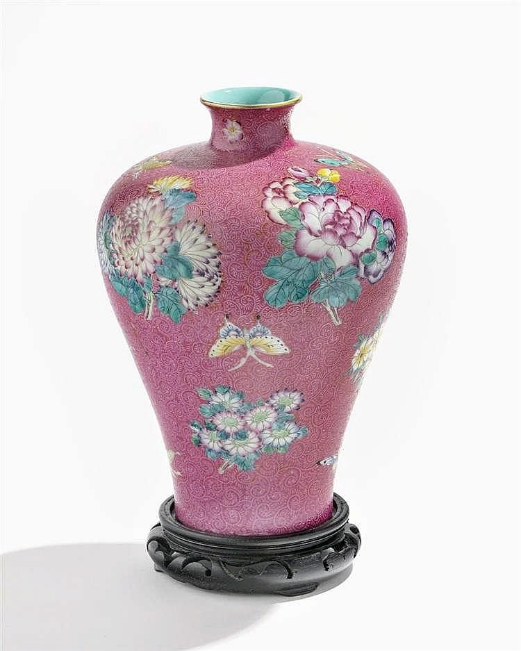 Vase Meiping famille rose, Chine, époque République (1912-1949), marque apocryphe Qianlong (1736-1795)