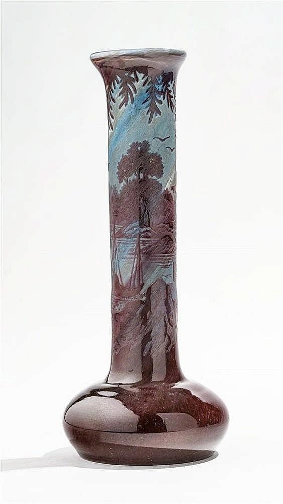 Vase à col étroit sur base élargie signé Daum Nancy