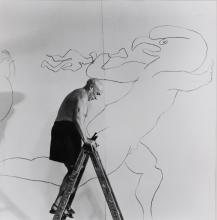 Quinn Edward, 1920-1997 (IRL) 2 photographs: Picasso bei der Arbeit in der Kapelle in Vallauris 1953; Picasso mit Vase