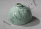 Objet de lettré, récipient de forme cylindrique sur base en couronne, pour rincer brosses et pinceaux du peintre ou calligraphe, de forme oblongue à épaulement arrondi et ouverture à petit col court cylindrique, en fine porcelaine incisée d'une