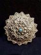 Broche de sari en métal argenté serti d'une pate de verre bleue. Inde du Nord . Diam 6 cm