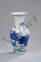 Vase balustre en porcelaine blanche décoré en bleu cobalt sous couverte d'une scène animée de deux personnages domptant une biche. Chine. Dynastie Qing. 19 ème siècle. 38cm.