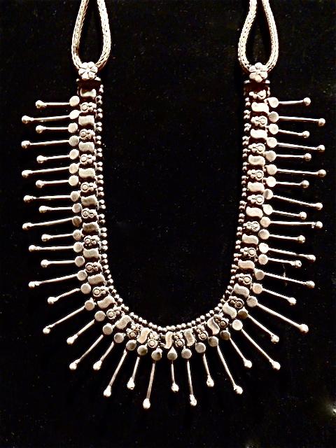 Pectoral à pendeloque en métal argenté.  Inde du Nord. Rajasthan.