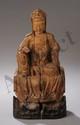Kwan yin assis en délassement vêtu de sa robe monastique et coiffé d'un chignon couvert d'un voile. Bois à traces de dorure et polychromie. Chine. Dynastie Ming. 1368 à 1644.32cm.