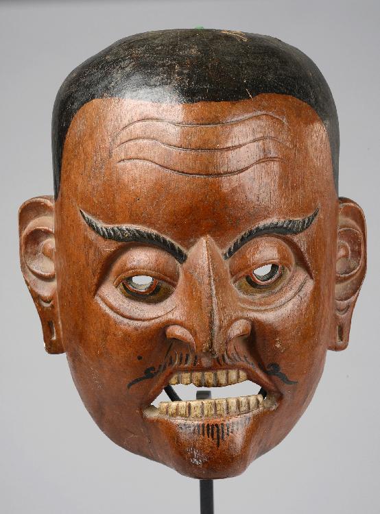 Masque de danse anthropomorphe illustrant un personnage de cour. Bois polychromé. Népal. 19 ème siècle.