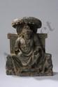 Le Boddhisattva Maïtreya assis en majesté sous un dais ouvert, sur un tertre, drapé dans sa robe monastique Utarasanga aux plis bouillonnants Hellénistiques, retombant jusqu'à la base sur ses jambes repliées sous son habit, en posture dite à