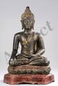 Buddha Maravijaya assis en vajrasana sur un socle lotiforme à base hexagonale vêtu d'une simple robe monastique utarasanga lui couvrant l'épaule gauche un pan court rabattu en hauteur, la main gauche en offrande dhyanamudra et la droite en prise de
