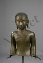 Buste de Buddha vêtu de la robe monastique utarasanga, le visage serein coiffé de fines bouclettes hérissées. Bronze à patine verte. 17 ème siècle. Thaïlande. Royaume d'U Thong. Manque de l'ushnisha. Ht 65cm x47x31cm.
