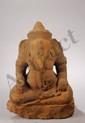 Ganesh assis en dhyanasana, ses deux mains posées sur ses genoux, l'une tenant une offrande et l'autre accidentée, vêtu d'un sampot court finement plissé par un drapé en poche stylisé et noué à la taille sous son ventre opulent et partiellement
