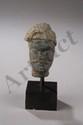 Tête de Boddhisattva moustachu coiffée d'un diadème. Pierre schiste gris. Art Gréco Bouddhique du Gandhara. Afghanistan. 2 ème à 3 ème siècle.8cm