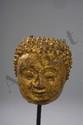 Tête de Buddha à l'expression sereine et coiffure bouclée. Bronze doré. Thaïlande. Haripunchaï. Royaume du Lamphun. 13 ème à 14 ème siècle.  Ht 10 cm
