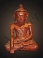 Buddha Maravijaya assis en dhyansana, la main droite en bumishparshamudra vêtu de la robe monastique et coiffé d'un important rasmi en bouton piriforme. Bois laqué à traces de dorure. Birmanie. Royaume de Pagan 16ème siècle. 40cm.