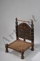 Lit de prières et chaise basse finement ciselé de motifs populaires. .Rajasthan. Inde du Nord. Fin 19 ème siècle.