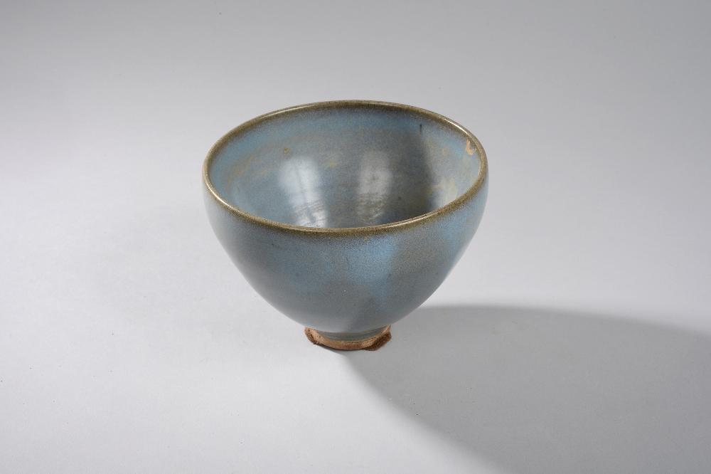 Coupe Junyao de forme lianzi en fin grès porcelaineux à glaçure monochrome lavande tirant sur le pourpre. Chine. Dynastie Yuan.1279 à 1368. 14x10,5