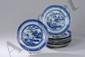 Suite de 9 assiettes  de la Compagnie des Indes en porcelaine blanche décorée en bleu cobalt sous couverte d'un paysage lacustre animé de pagodes, ponts et embarcations. Chine. Dyanstie Qing. 18 ème siècle.  22,5 cm